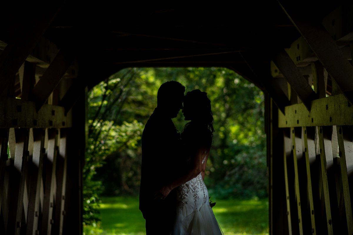 Couples' silhouette in a bridge