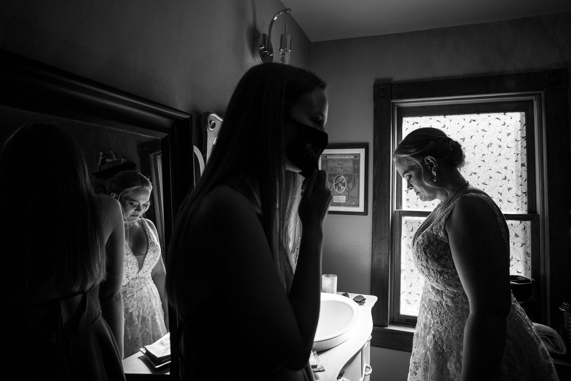 bride pensative in front of a mirror