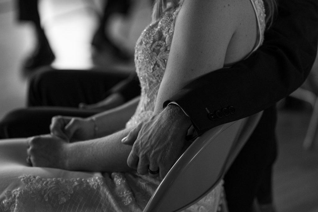 grooms arm around brides sholders