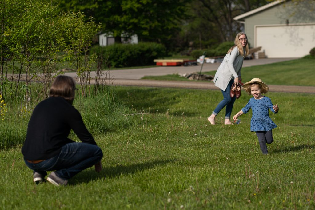 documentary family photographer girl running